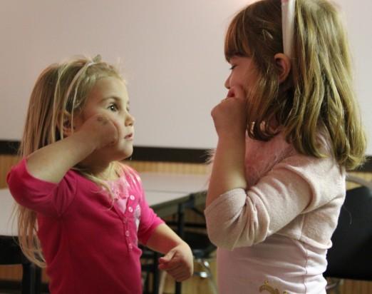 Bild: Kinder lernen Gebärdensprache