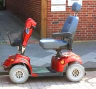 Elektromobil vor einem Hauseingang Rike  / pixelio.de