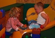 zwei Kleinkinder auf der Rutsche